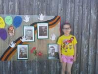 Ефимова Люба 9 лет с Радиомайка(плакат на стене).jpg